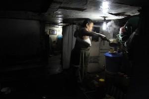 Setiap subuh, Mak Nyah selalu bangun untuk menyiapkan kopinya,untuk semangat kerja mengumpulkan rongkosan.